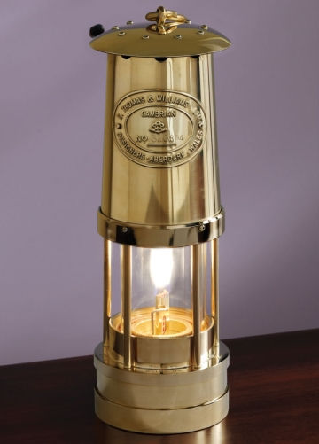 Современное фото Безопасной шахтерской лампы Дэви производства E. Thomas & Williams, Ltd. Cambrian Safety Lamp Manufactory, Aberdare, South Wales.